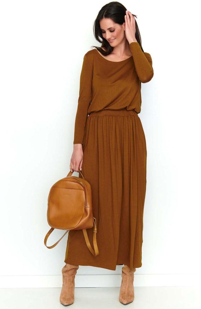 Długa brązowa sukienka szczupła kobieta