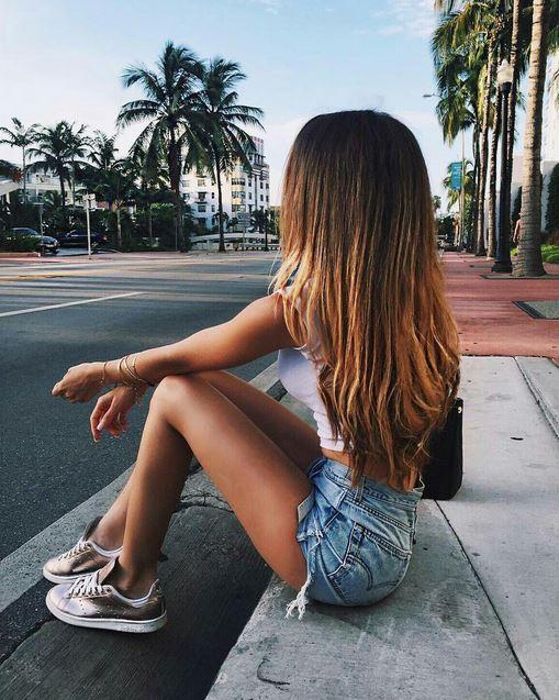 Dziewczyna siedząca na chodniku
