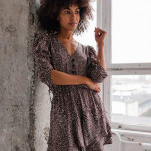 Sukienka z falbankami i guzikami brązowa w drobne kwiatuszki - EPINAL by Marsala.