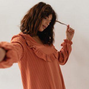 Sukienka z falbankami z bawełny strukturalnej w kolorze ceglanym - GINGER BY MARSALA.